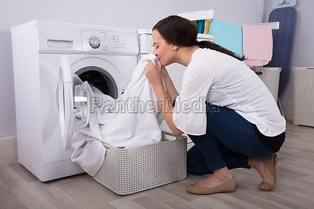 kvinde ildelugtende klud efter vask i