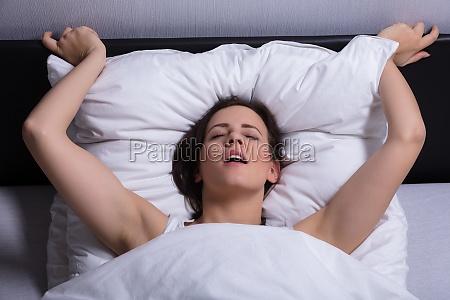 ung kvinde i sengen far orgasme