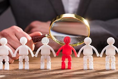 hand holder forstorrelsesglas over rode menneskelige