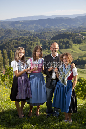 unge styrian familie holder vinlasere sudsteiermark