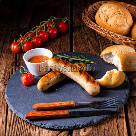 rustik bratwurst med ketchup og friske