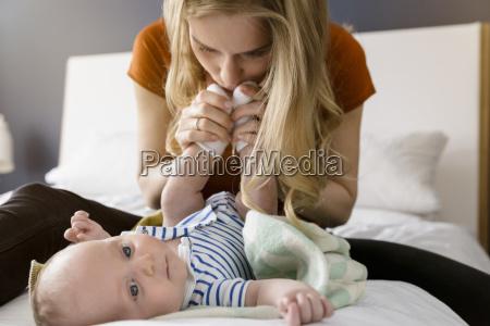 mor kysser drengens fodder