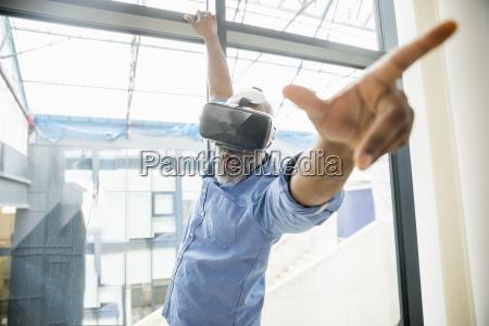 forretningsmand ifort vr briller ved vinduet