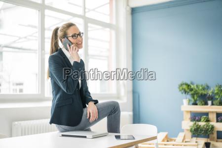 forretningskvinde arbejder hjemmefra taler i telefon