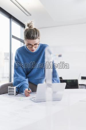 ung kvinde med laptop og planlaegger