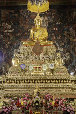 golden buddha statue at wat pho