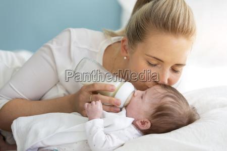 ung smuk mor er fodring hendes