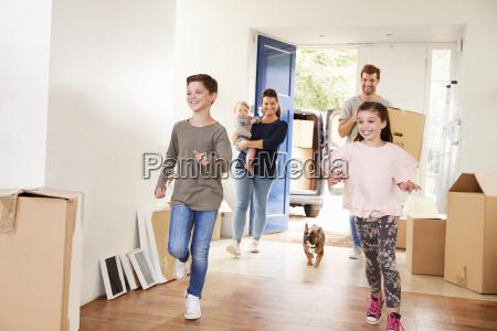 familiebaerende kasser i nyt hjem pa