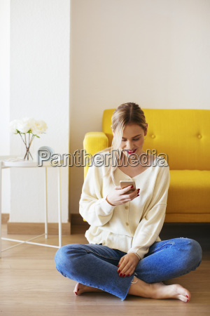 blond kvinde ved hjaelp af smartphone