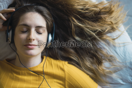 portraet af smilende unge kvinde liggende