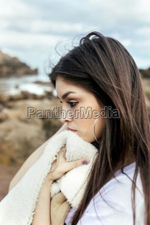 trist ung kvinde pa stranden
