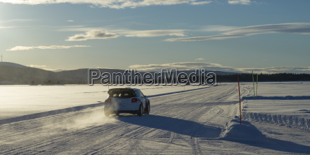 en bil korer over en snedaekket