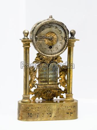 et gammelt ur pa hvid baggrund