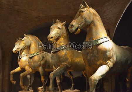 statue von vier pferden in st