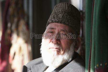 gammel afghansk mand ifort en astrakhan