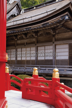 japanischer tempel mit rotem holzgelaender koyasan