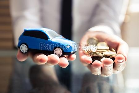 forretningsmand holding lille bla bil og