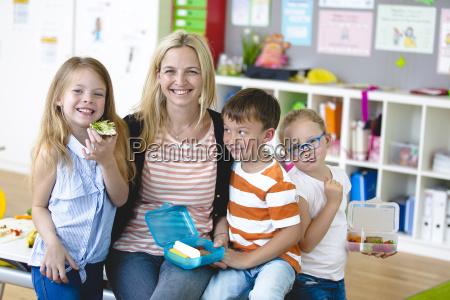 eleverne nyder en sund snack med
