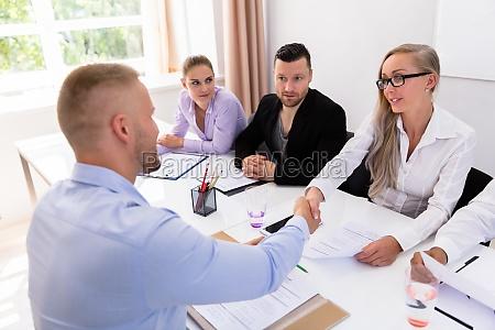 forretningsmand rystende haender pa interview