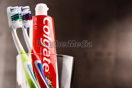 sammensaetning med colgate tandpasta og tandborste