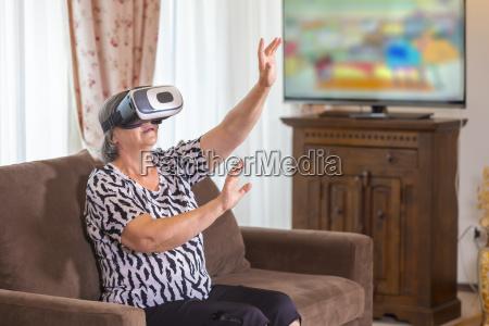 senior kvinde med virtuelt headset eller