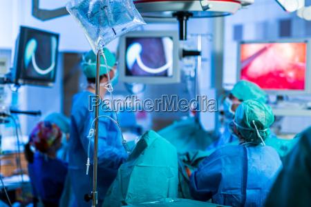uidentificeret patient der gennemgar en operation