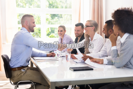 forretningsmand ryster haender pa interview