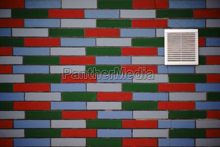 ventilationsrist pa farverig klinke facade