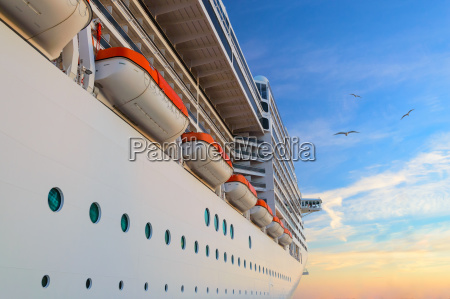 luksus passagerskib cruise liner ved solopgang