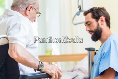 AEldrepleje sygeplejerske hjaelper senior fra seng