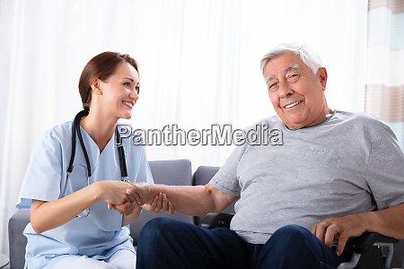 sygepleje service pleje aeldre hjem omsorgsperson