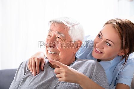 sygeplejerske peger pa noget til senior