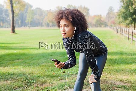 sporty afro kvinde tage en pause