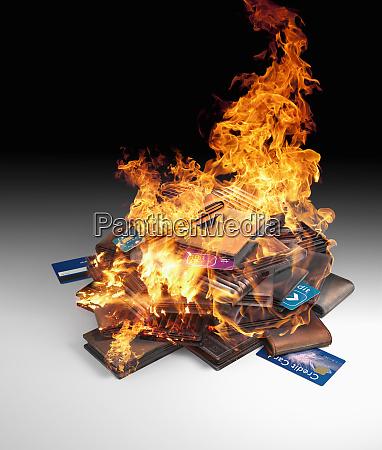 burning bunke af kreditkort og tegneboger