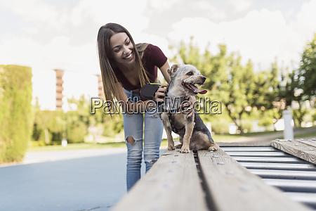 ung kvinde traener sin hund i