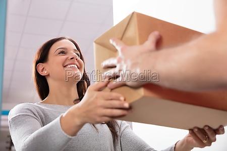 levering mand giver boks til ung