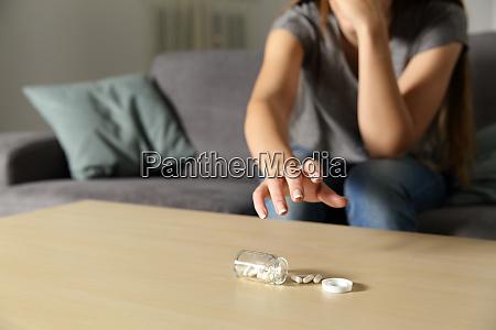 deprimeret pige fanger antidepressiv piller