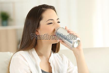 kvinde drikker en soda forfriskning fra
