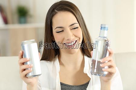 kvinde beslutte mellem vand eller soda