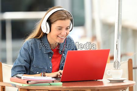 glad studerende lytter en video tutorial