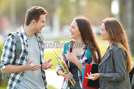 tre elever taler pa gaden