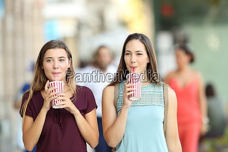 venner drikker en takeaway forfriskning