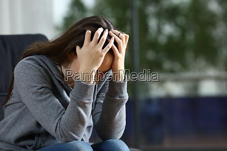 trist kvinde klager alene pa en