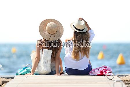 turister der nyder sommerferie pa stranden