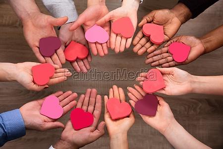 folks hand gor cirkel med hjerte