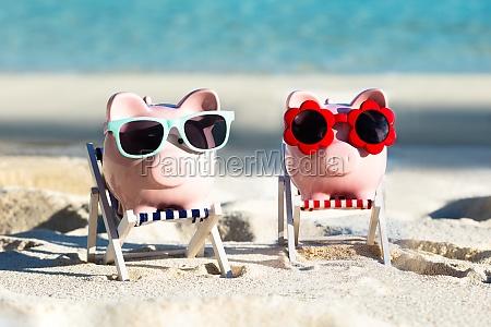 to pink piggybanks med solbriller pa