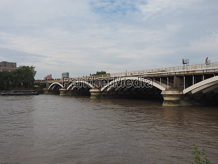 grosvenor bridge over river thames in