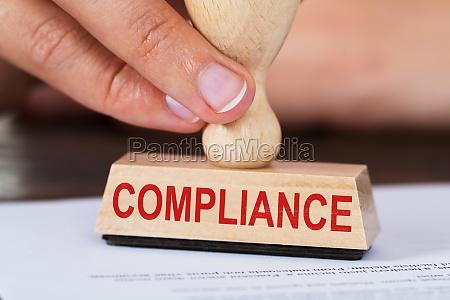 person hand stempling dokument