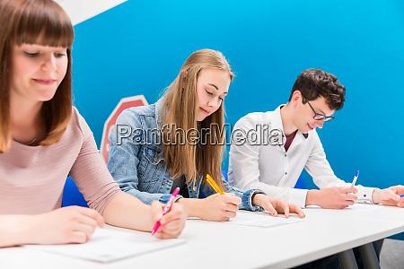 studerende i koretimer lytter opmaerksomt