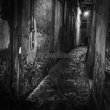 italy, , lazio, , tivoli., narrow, passageway, between - 27331469